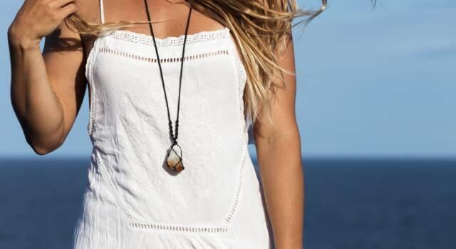 Il tocco prezioso dell'outfit estivo perfetto: le collane lunghe