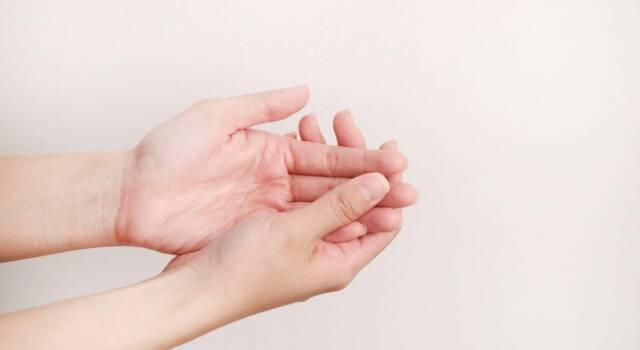 Bollicine sulle mani: quali sono le cause e le possibili cure