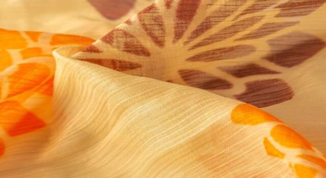 Boho, glam o chic: i look pret-a-porter che trasformano il foulard in un top