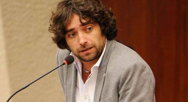 Chi è Giulio Cavalli, giornalista e scrittore: dalla vita sotto scorta alla storia con Miriana Trevisan
