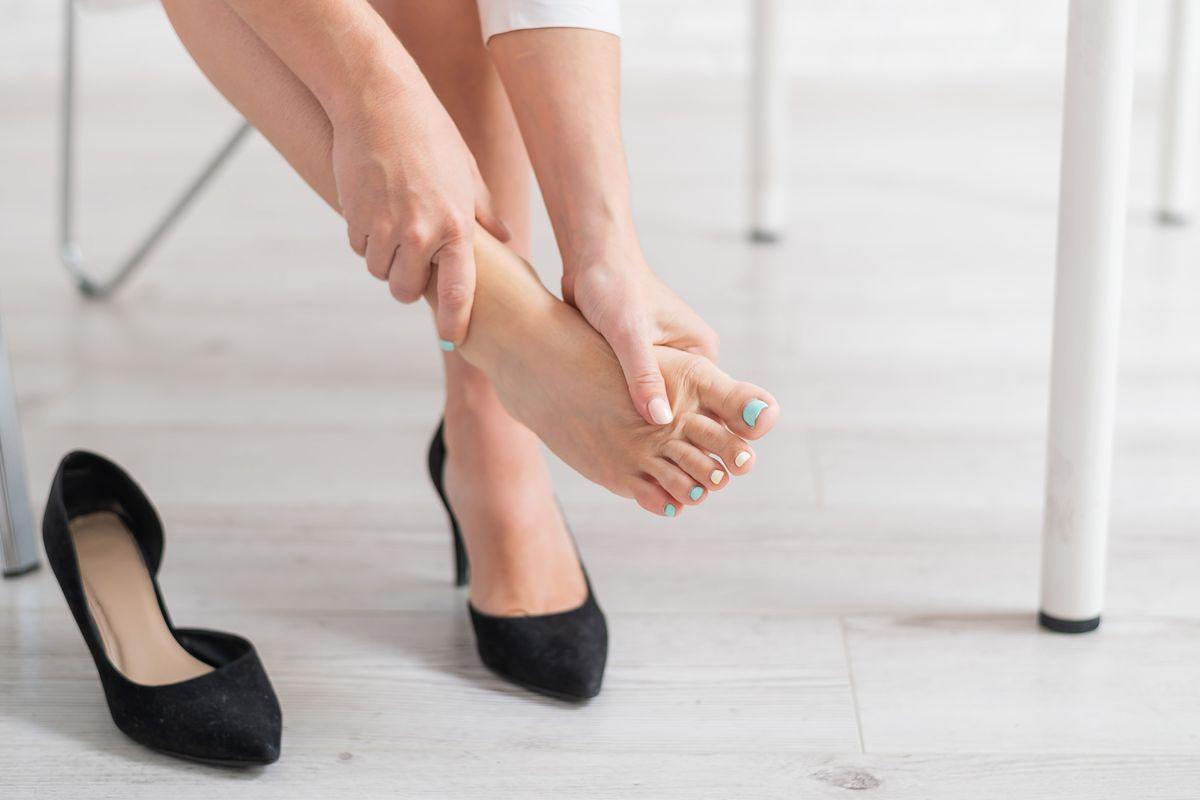 Piedi gonfi e doloranti scarpe con tacco