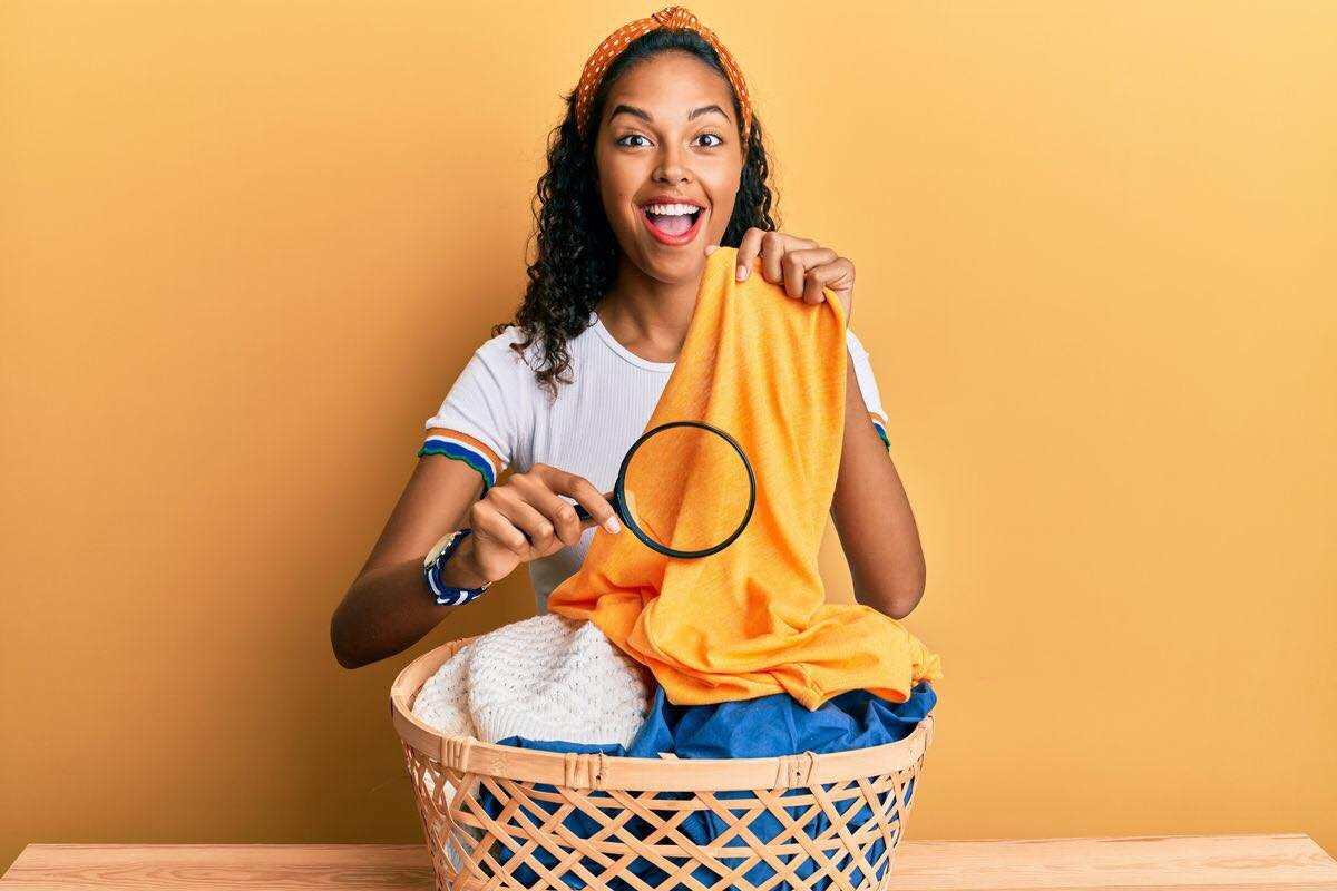 donna con bucato