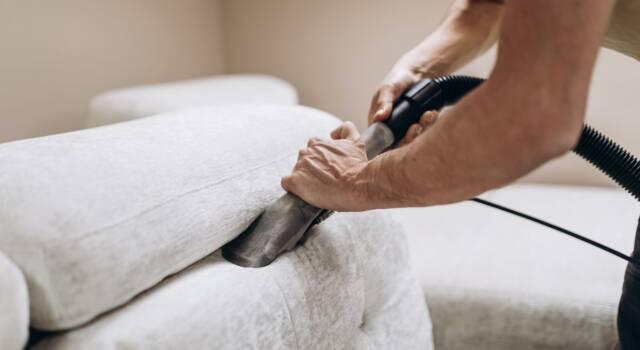 Come pulire il divano in velluto e igienizzarlo