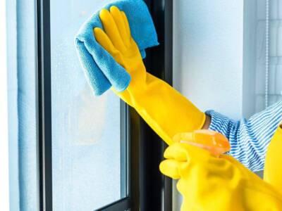 Come togliere la colla dal vetro in modo semplice e veloce