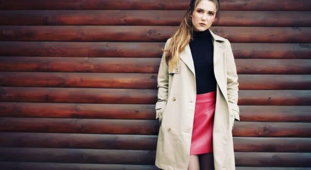 Anche nell'autunno/inverno 2021 il focus è sulle gambe: gonne mini per un winter look trendy e glamour